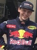 Een foto van de lookalike van Max Verstappen