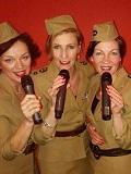 Een foto van de lookalike van The Andrews Sisters