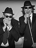 Een foto van de lookalike van The Blues Brothers